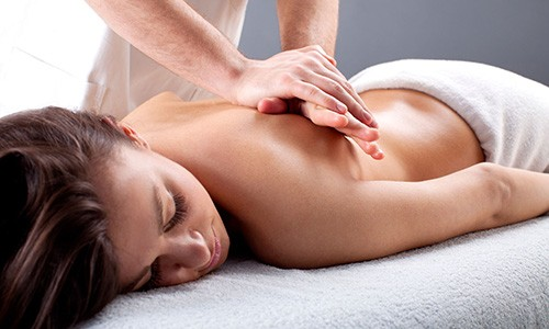 Физиотерапия при бронхите может делаться также и в домашних условиях. К такой процедуре относится массаж