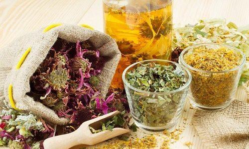 Дополнительно при лечении бронхита следует принимать отвары на основе отхаркивающих трав, которые состоят из корня солодки, душицы, ромашки, календулы