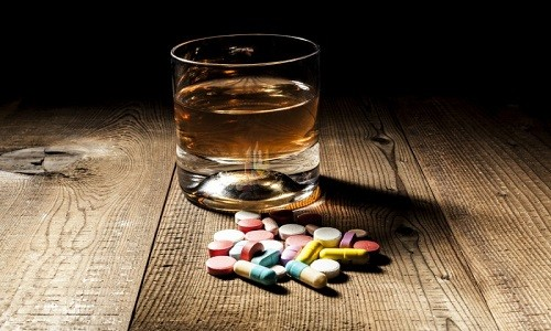 Принимать алкоголь при употреблении Ацетилсалициловой кислоты не рекомендуется