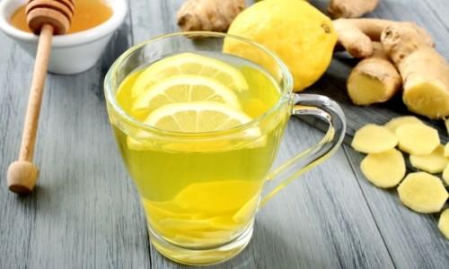 Готовят напиток из сока имбиря, меда и лимона