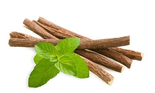 Лечебные средства на основе солодки помогают убирать сухой кашель, появляющийся при простуде, коклюше, вирусах и инфекциях