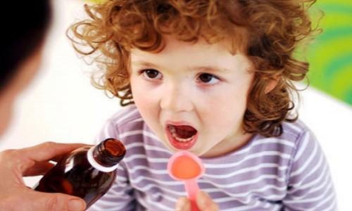 Сухой, отрывистый кашель в первые дни заболевания лечится с помощью противокашлевых препаратов