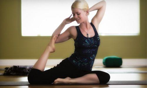 """Выполняя позу йоги """"Скрутки"""", примите положение сидя, на выдохе поверните корпус вправо, а на вдохе - выверните плече как можно дальше"""