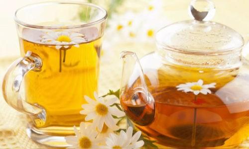 В целебный чай с ромашкой хорошо добавить ломтик лимона и ложку меда