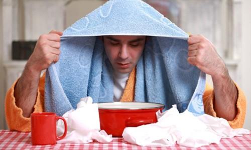 Емкость заполняют раствором с содой и глубоко вдыхают горячий пар, накрывшись одеялом или полотенцем