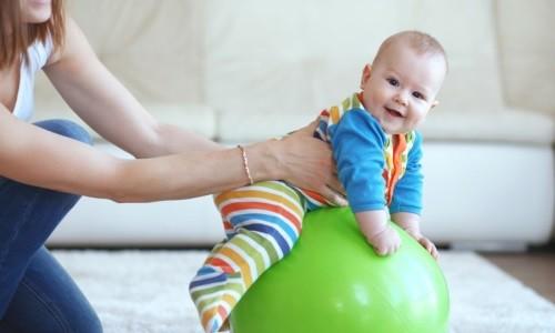 С ребенком до 2 лет проводят занятия на фитболе
