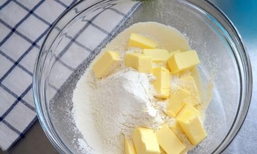 Для лечения бронхита и его симптомов эффективно прикладывать компресс, сделанный из следующих ингредиентов: сок редьки черной (40 мл), мука (40 г), мед (30 г), масло растительное (30 мл)