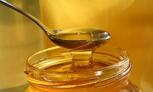 Медовый массаж проводится с применением натурального витаминного и минерального лекарственного средства - свежего, не засахарившегося меда