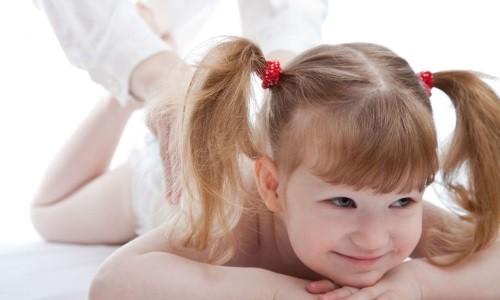 Перкуссионный массаж улучшает кровообращение в области спины и груди, облегчает выведение мокроты из бронхов и помогает ее легко откашлять