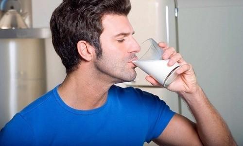 В домашних условиях лечить обструктивный бронхит можно молоком с добавлением прополиса
