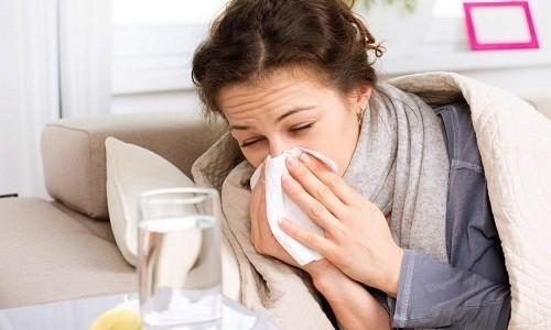 В начале развития заболевания у человека появляется насморк