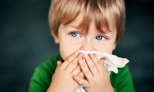 С воспалением бронхов возможны катаральные явления в виде ринореи (выделения слизи), першения и заложенности носа