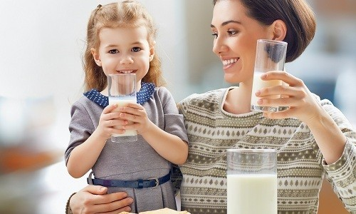 Молоко с медом, какао, маслом или жиром поможет ребенку избавиться от остаточного кашля после бронхита