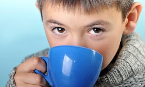 Важно принимать большое количество теплой жидкости - это поможет разжижению мокроты, облегчит ее выведение и успокоит дыхательные пути