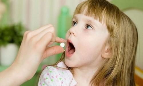 Лечение острого бронхита у детей должно быть комплексным: включать применение местных и системных медикаментов и других средств