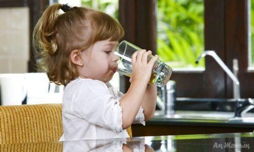 Доктор Комаровский советует при частых бронхитах давать ребенку пить как можно больше чистой воды