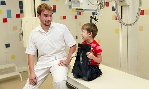 Обследование маленького пациента включает выполнение рентгеновского снимка легких