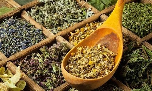 Положительный эффект может быть достигнут при применении травяного сбора из мать-и-мачехи, подорожника, корня алтея и корня солодки