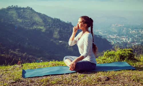 """Выполняя позу йоги """"глубокое дыхание"""", следует сидеть прямо, а вдыхать воздух через нос"""