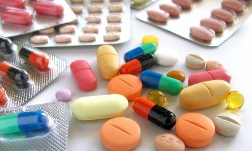 Больному в обязательном порядке прописывают лекарственные средства для разжижения мокроты, антибиотики и включение в программу лечения витаминных комплексов