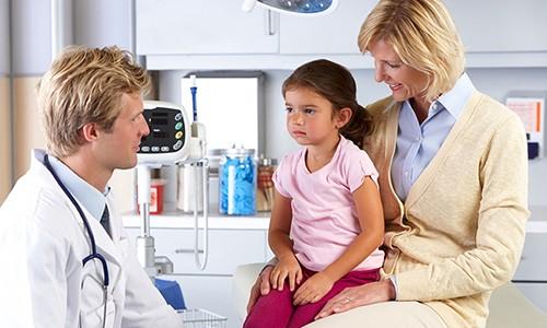 Подбирать лекарства для проведения паровых процедур при лечении бронхита у ребенка самостоятельно нельзя, только с помощью врача