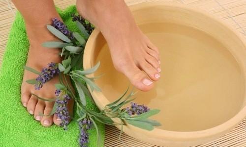 Для избавления от потливости ног рекомендуется сделать теплую ванночку с добавлением 5-6 таблеток препарата